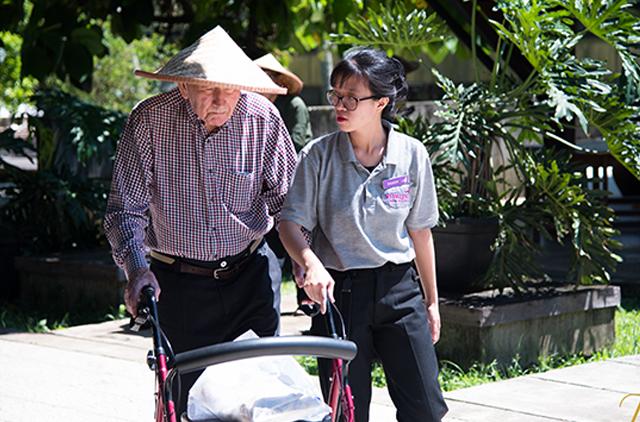 Perawat yang sedang berinteraksi dengan orang yang demensia