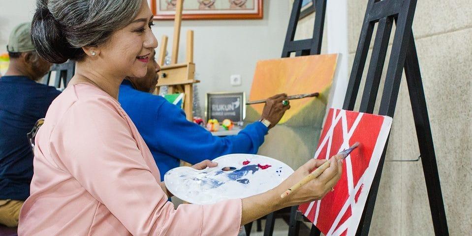 kegiatan lansia yang sedang melukis