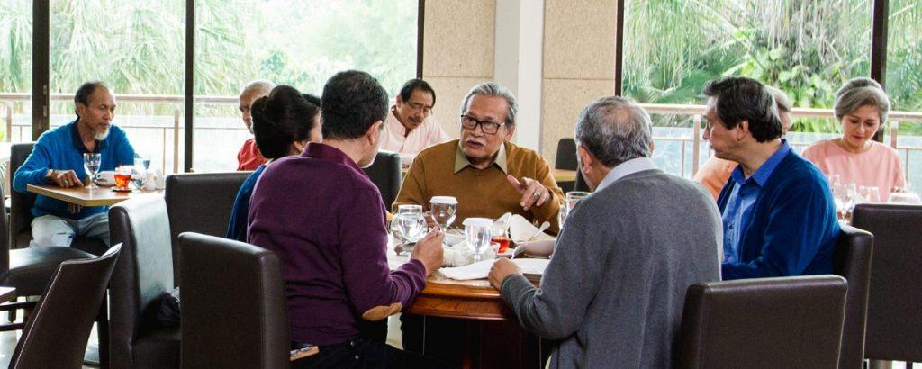 Beberapa lansia sedang menikmati hidangan makan siang