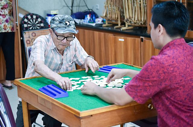 dua orang yang sedang berinteraksi dengan bermain games
