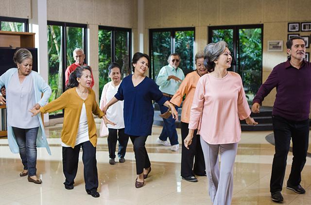 beberapa lansia yang sedang beraktifitas menari bersama