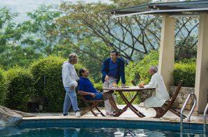 Empat orang lansia sedang berkumpul di kolam renang