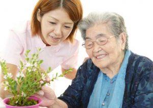 demensia gambar dua orang wanita muda dan wanita tua bersama merangkai bunga