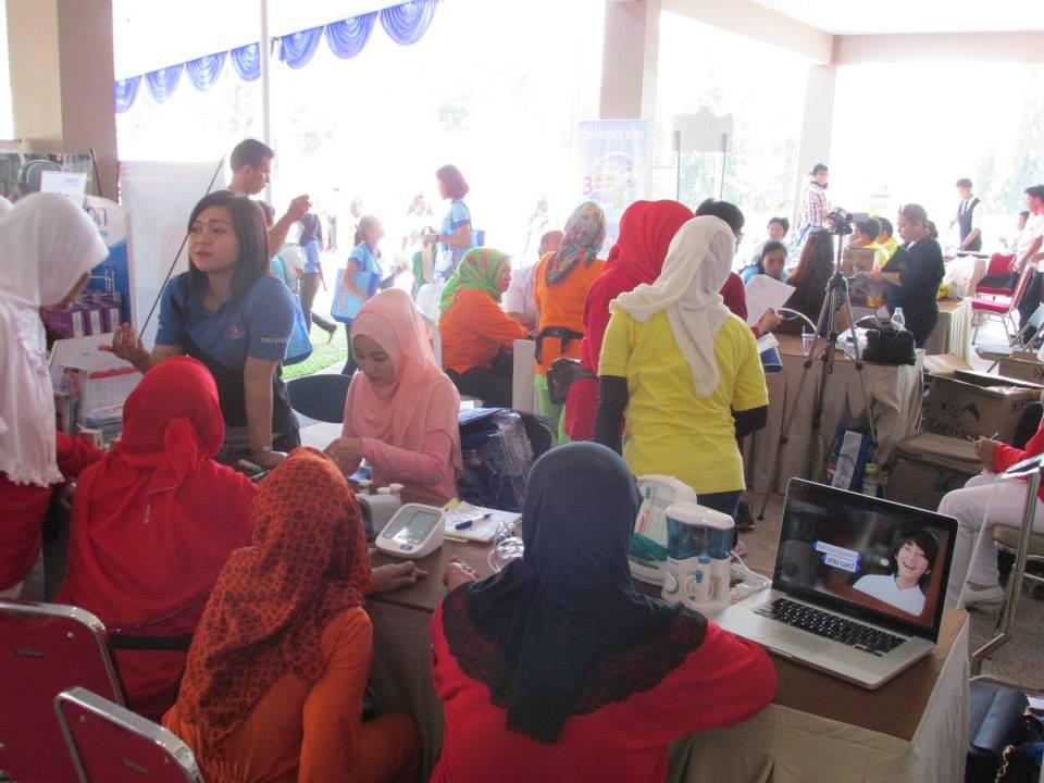 para pengunjung bersiap untuk melakukan chek kesehatan gratis
