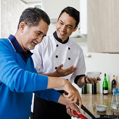 senior terus tantang diri berkegiatan memasak bersama chef