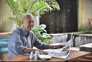 senior membaca koran di senior living