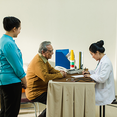 senior sedang chek kesehatan bersama dokter dan perawat
