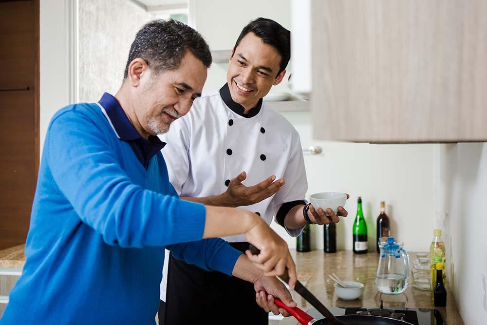senior dan hobby sedang memasak bersama seorang chef