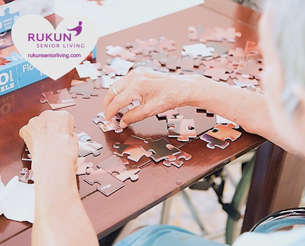 Kegiatan lansia bermain puzzle bermanfaat bagi fungsi otak